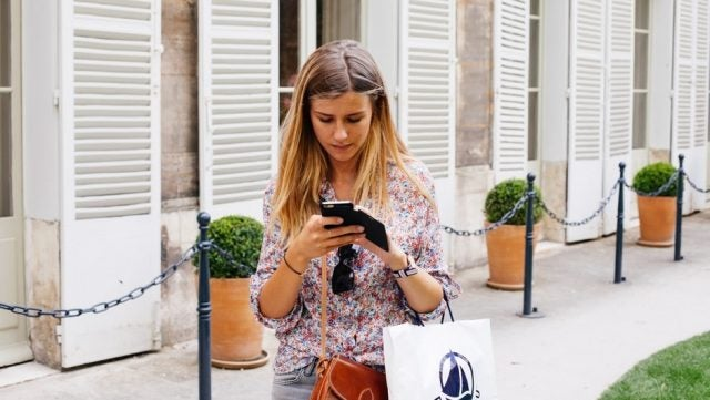 5 AR Shopping Apps That Will Help You Find Gifts This Holiday