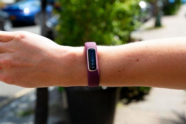 garmin vivosmart 4 on wrist