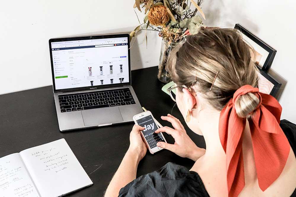 laptop ecommerce woman